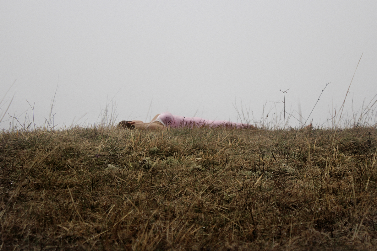 Stampa fotografica su tela con figura sdraiata e cielo nebbioso