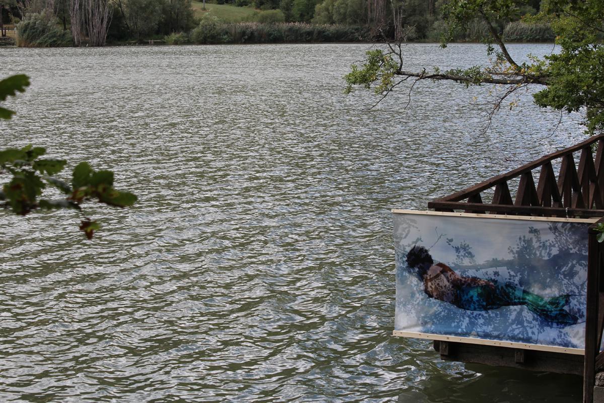 sirena verde con lago increspato